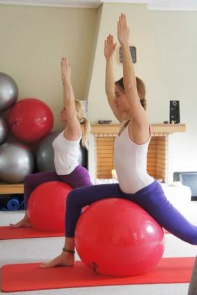 Άσκηση με fitball στο Φοίβη Pilates Yoga Wellness Studio   Παπάγος - Χολαργός - Ψυχικό - Αγ. Παρασκευή